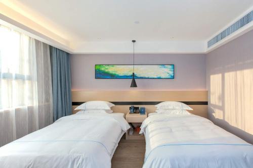Joy Hotel Youyi Road Station Branchにあるベッド