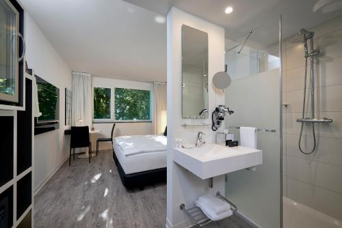 A bathroom at INNSiDE by Meliá Aachen