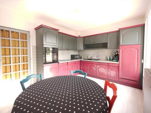A kitchen or kitchenette at Les oliviers