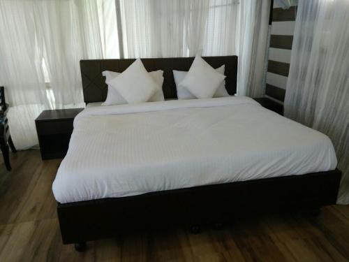 A bed or beds in a room at Charekh Food & Forest
