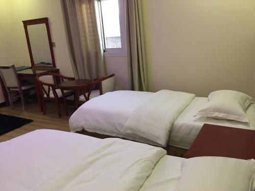 Cama ou camas em um quarto em Fakher Yanbu Hotel