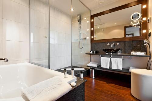 A bathroom at Flemings Selection Hotel Frankfurt-City