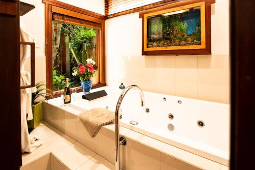 A bathroom at Lillypilly's Cottages & Day Spa