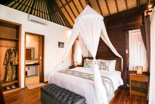 Tempat tidur dalam kamar di D'Puncak Villas Lembongan