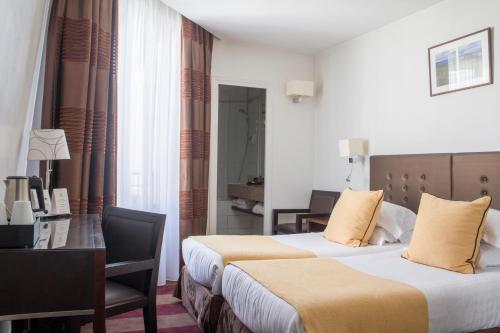 A bed or beds in a room at Hotel Astra Opera - Astotel