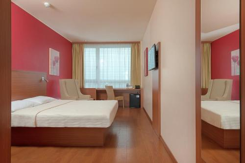 A bed or beds in a room at Star Inn Hotel Salzburg Airport-Messe