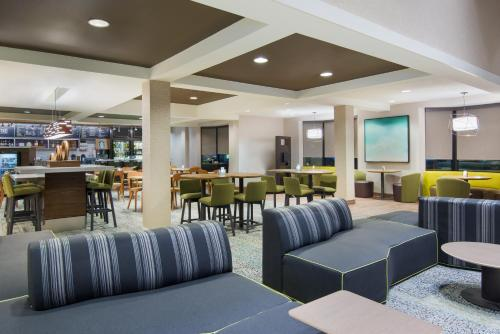The lounge or bar area at Courtyard Springfield Airport