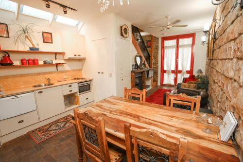 A kitchen or kitchenette at The Stable On Olive