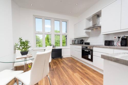 A kitchen or kitchenette at Stunningly Luxurious London Apartment (MHB350)