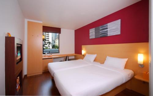 A bed or beds in a room at Ibis Bangkok Sukhumvit 4