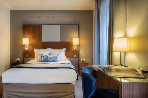 A bed or beds in a room at Le Tourville Eiffel