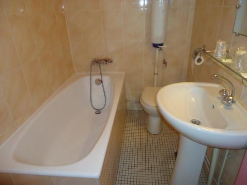 A bathroom at Hotel des Belges