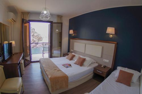 A bed or beds in a room at Les Flots Bleus