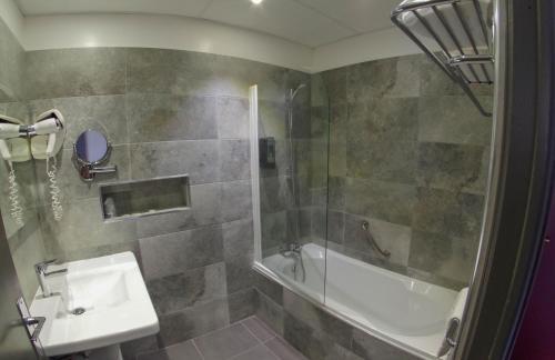 A bathroom at Les Flots Bleus