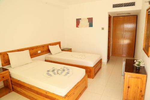 سرير أو أسرّة في غرفة في Orca Village