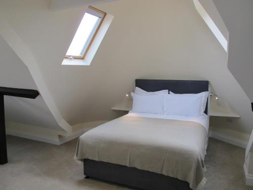 A bed or beds in a room at Glenlyn Apartments