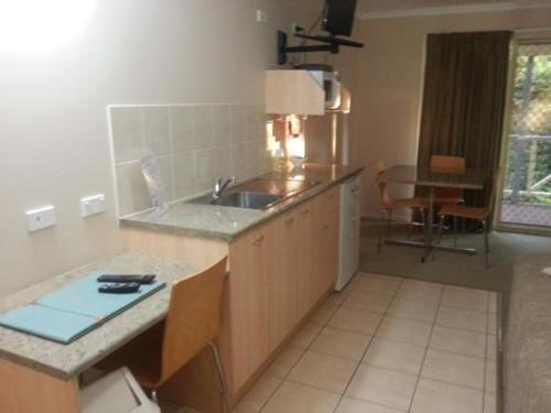 A kitchen or kitchenette at Tambo Mill Motel & Caravan Park