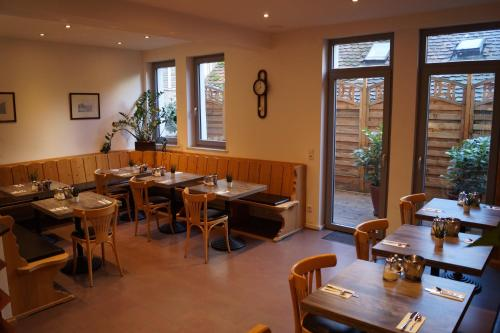 A restaurant or other place to eat at Pension am Heusteig