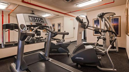 The fitness centre and/or fitness facilities at Best Western Plus Universal Inn