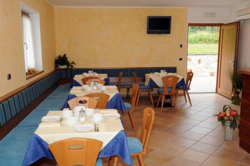 A restaurant or other place to eat at Agritur alla Veduta