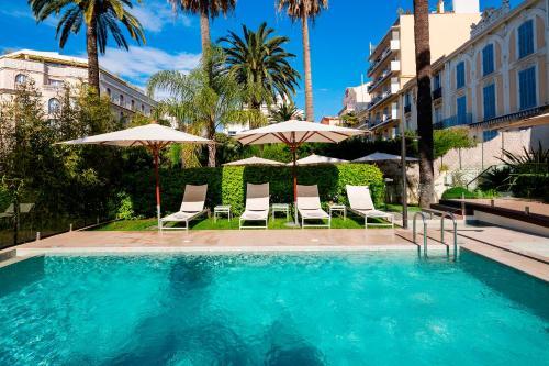 Het zwembad bij of vlak bij Hôtel Le Canberra