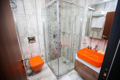 A bathroom at Borapark Otel