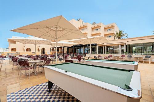 A billiards table at azuLine Hotel - Apartamento Rosamar