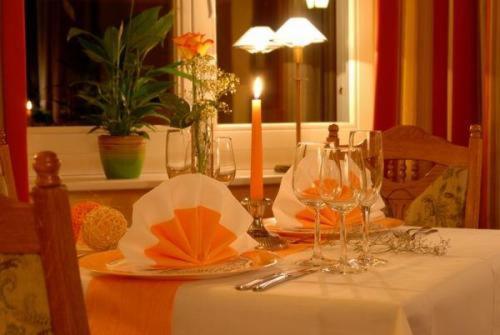 Ein Restaurant oder anderes Speiselokal in der Unterkunft Waldhotel Forsthaus Hainholz