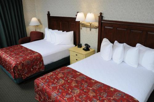 A bed or beds in a room at Pike's Waterfront Lodge