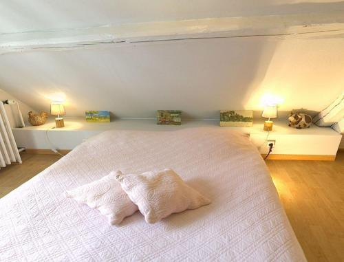 A bed or beds in a room at Les Rouges Gorges
