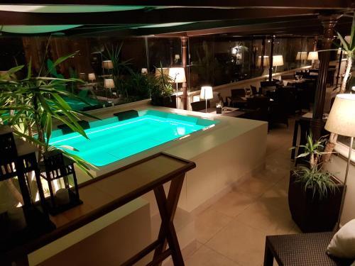 Vista sulla piscina di Suite Hotel Santa Chiara o su una piscina nei dintorni