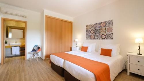 A bed or beds in a room at Quinta dos Poetas Nature Hotel & Apartments