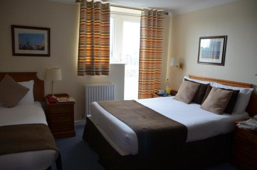 Кровать или кровати в номере The Riviera Hotel & Holiday Apartments Alum Chine