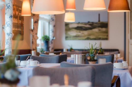 Ein Restaurant oder anderes Speiselokal in der Unterkunft Inselhotel Bruns