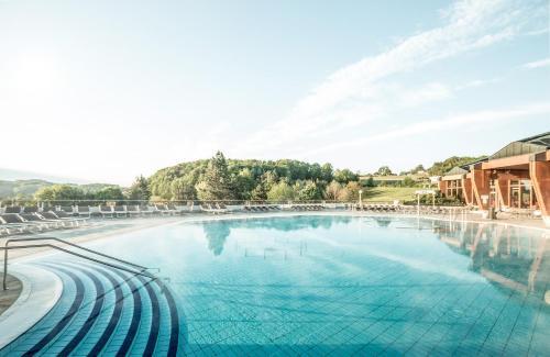 Der Swimmingpool an oder in der Nähe von Thermenhof PuchasPLUS Loipersdorf