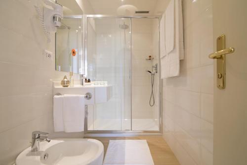 A bathroom at Relais Santa Chiara Hotel
