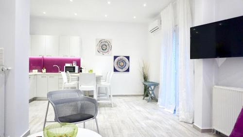 A television and/or entertainment centre at Spacious Modern Apt in Athens near Metro