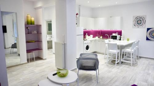 A kitchen or kitchenette at Spacious Modern Apt in Athens near Metro