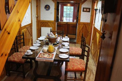 A restaurant or other place to eat at Rowantree Cottage Bed and Breakfast Accommodation