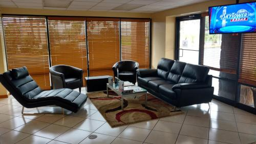 The lobby or reception area at Days Inn & Suites by Wyndham Davenport