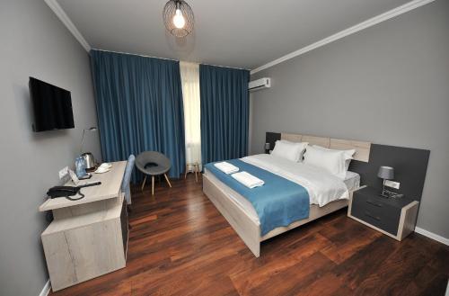Ein Bett oder Betten in einem Zimmer der Unterkunft Boho Tiflis Hotel