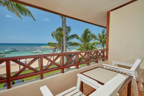 Een balkon of terras bij Coral Sands Hotel - Level 1 Certified