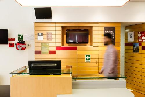 A television and/or entertainment center at Hotel ibis Figueira Da Foz