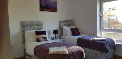 A bed or beds in a room at Vetrelax Basildon City Center Apartment