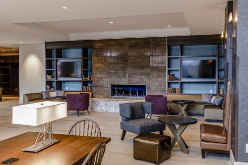A seating area at Hotel Madison & Shenandoah Conference Ctr.