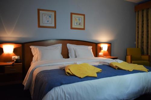A bed or beds in a room at Hotel Do Parque - Congress & SPA