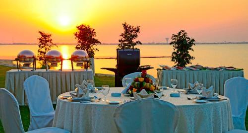 Um restaurante ou outro lugar para comer em Sunset Beach Resort Marina & Spa