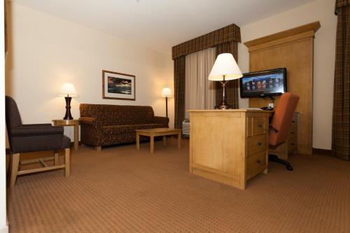 A seating area at Hampton Inn & Suites Riverton