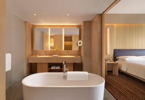A bathroom at Hyatt Regency Beijing Wangjing