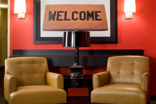 A seating area at Extended Stay America Suites - Orlando - Orlando Theme Parks - Vineland Rd